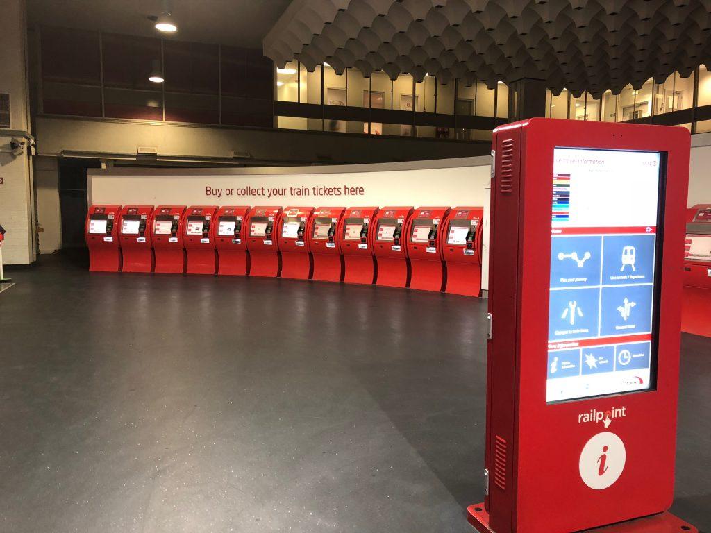 チケットの赤い発券機