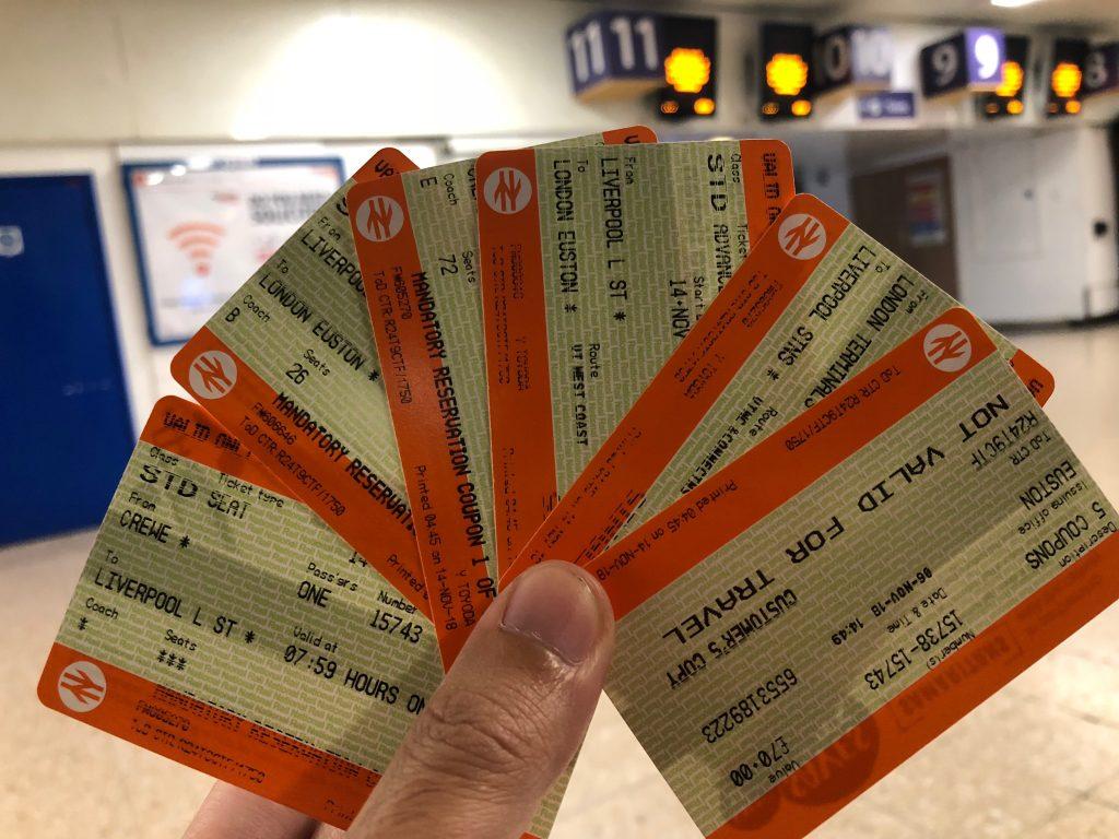 発券された6枚のチケットを手に持っている