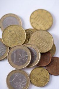 海外のコインがたくさん並んでいる