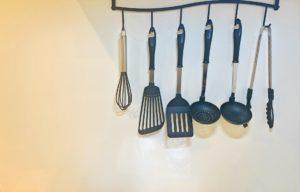 壁にかかった調理器具