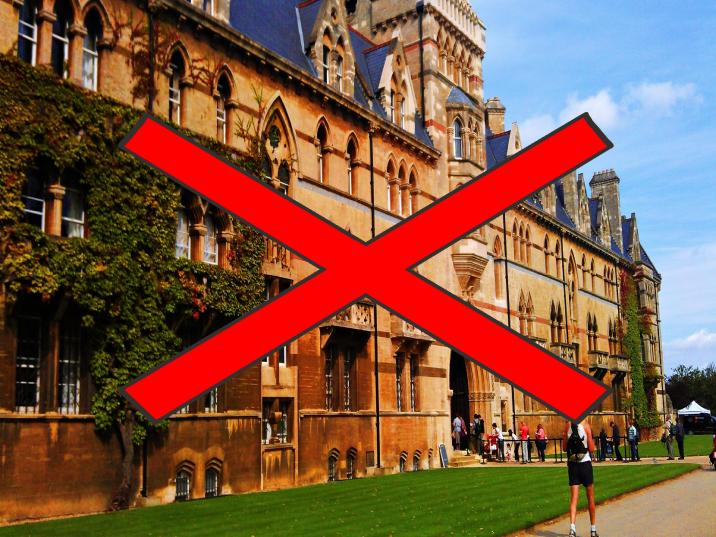 海外の大学のキャンパスの写真に罰をつけている。