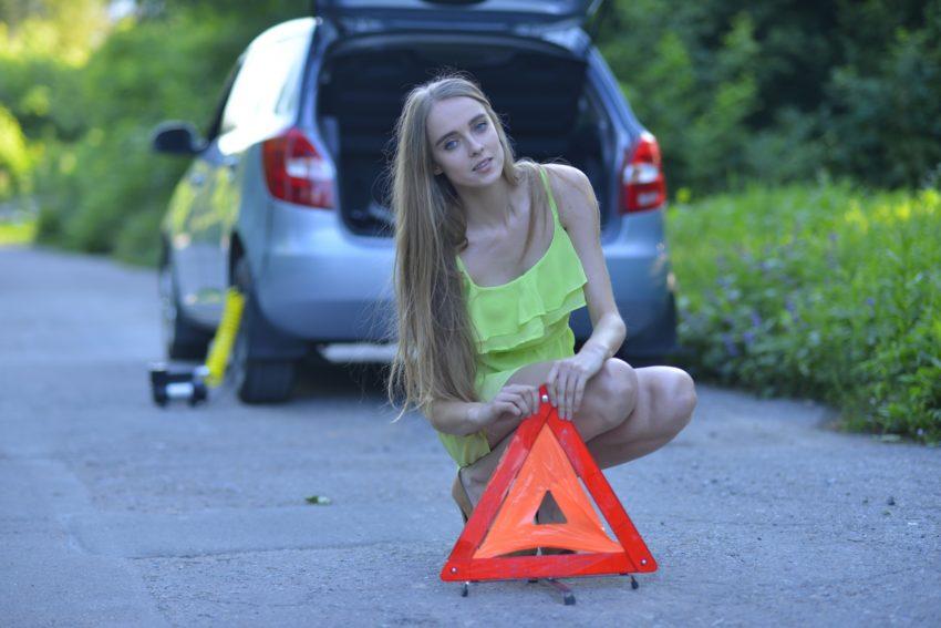 三角版を設置している女性
