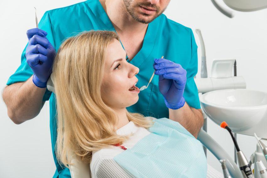 歯の治療をしてもらっている女性