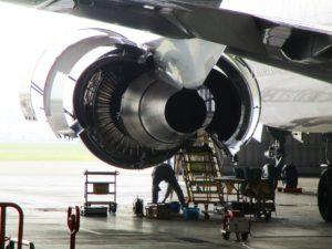 飛行機エンジン裏側