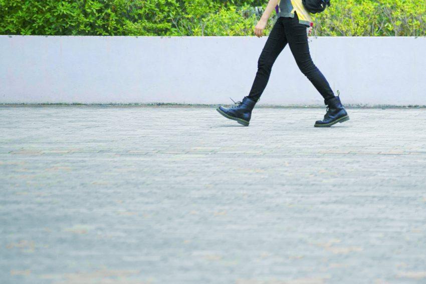 人が歩いている