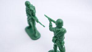 兵士同士が銃を構え合っている